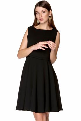 Sukienka z dekoltem w łódkę rozkloszowana czarna PROJEKTANT Rina Cossack