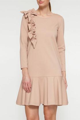 Sukienka z falbaną i aplikacją beżowa PROJEKTANT Yuliya Babich